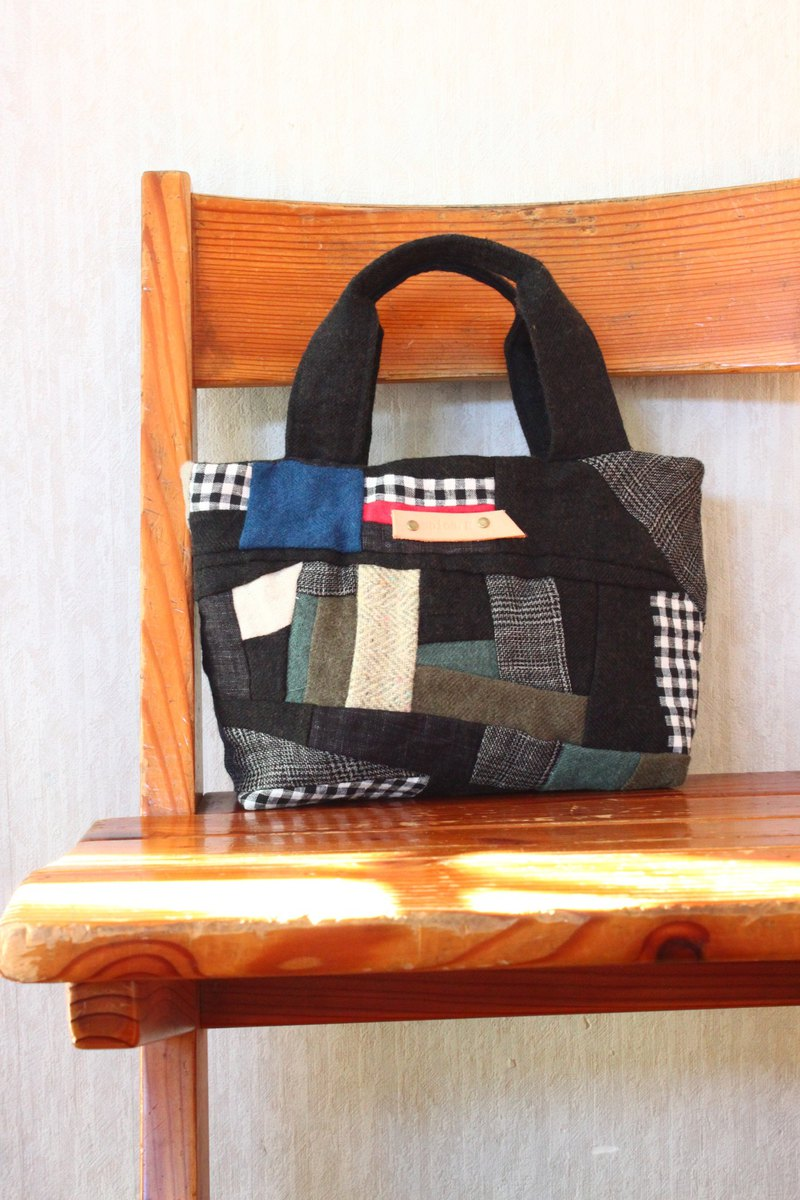 It's checked blackly  Linen wool  Tote bag.