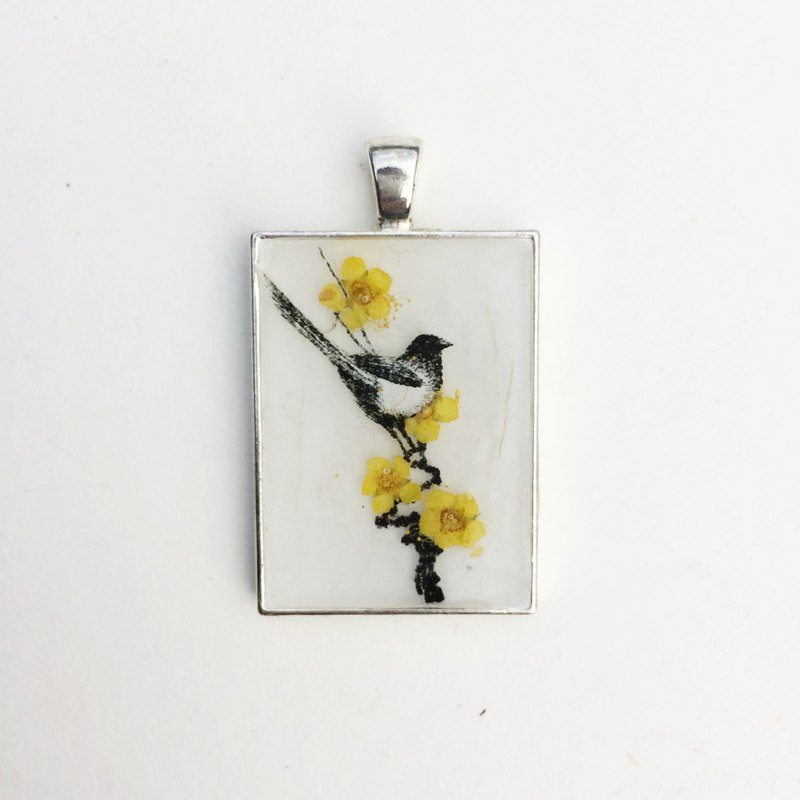 Magpie sings apricot / Snow Hong Man House / art pendant / Big Chill