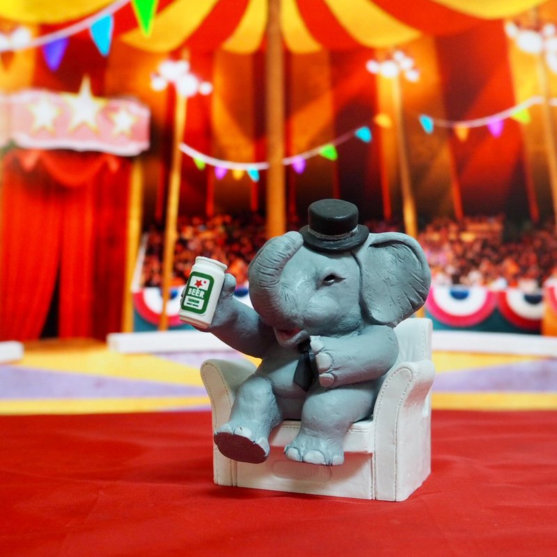 After the elephant is off work (mobile phone holder / business card holder)