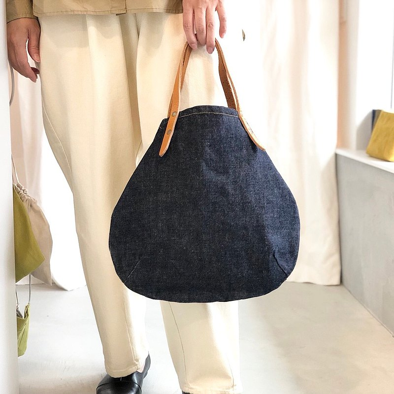 Bio wash 14 oz ring uneven yarn denim and extra thick oil Nume round tote bag S-size [Indigo]