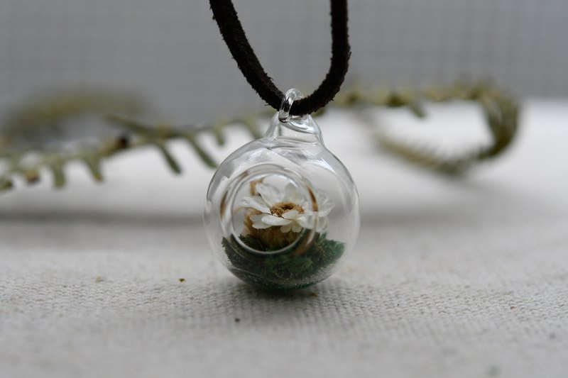 Micro-view Eco-White Flower ‧ Dry Flower ‧ Glass Ball Necklace