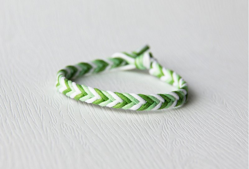 From shallow to deep - fine gradient green / hand-woven bracelet