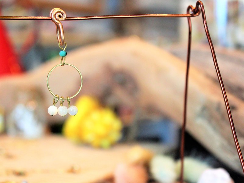 Opal round shape earrings (single)