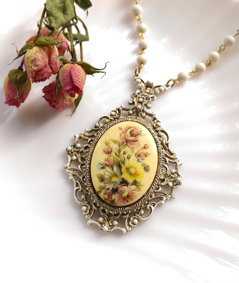 Western antique ornaments. FLORENZA Victorian yellow and white porcelain painted floral white enamel bead chain necklace