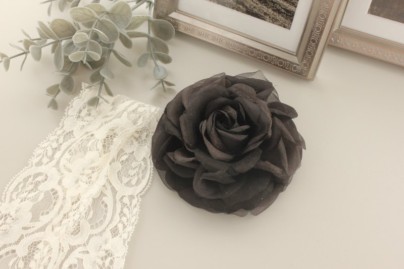 Catherine rose corsage black