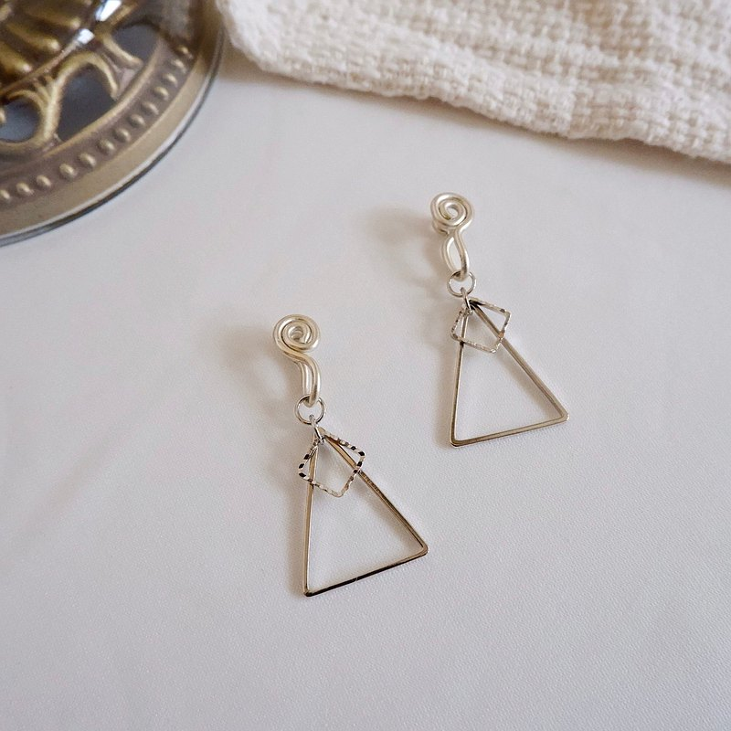 Daily triangle painless ear clip / silver