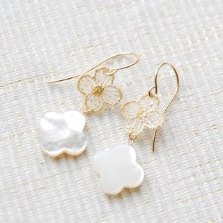 Flower earrings white race and the shell (14kgf)