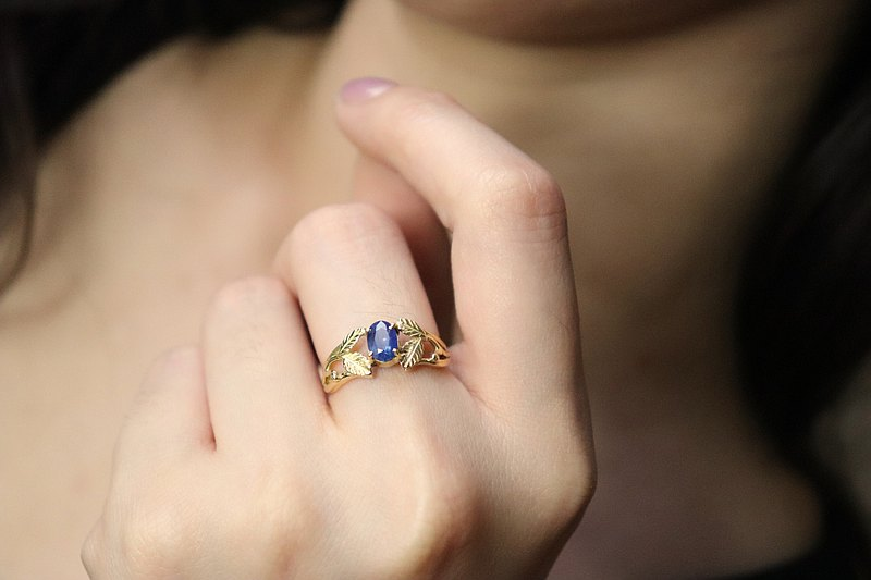 【Flower bed a katan series】 K18/rose leaf ring/natural sapphire