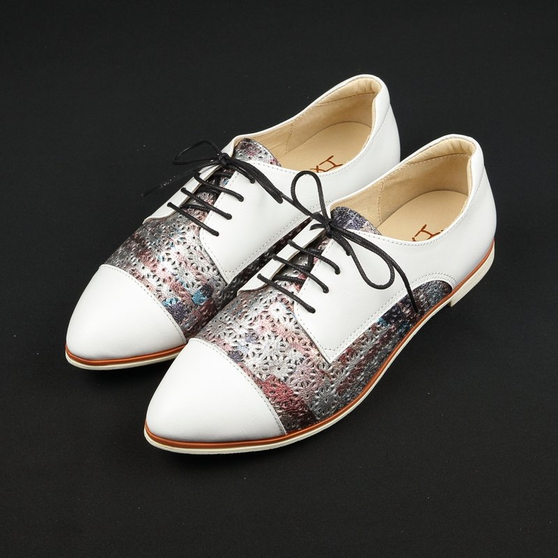 Hexagonal lace carved low heel tipped shoes