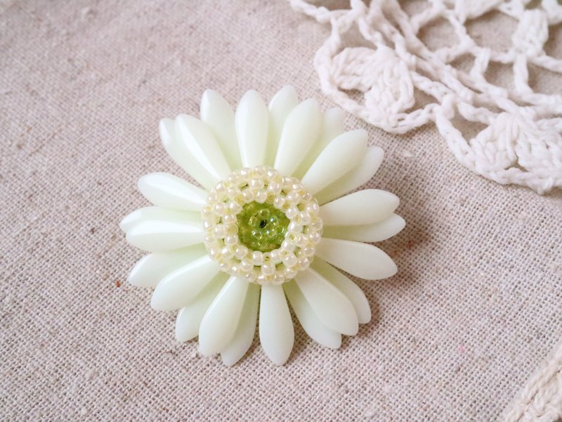 "Gerbera Brooch ""cream yellow"""