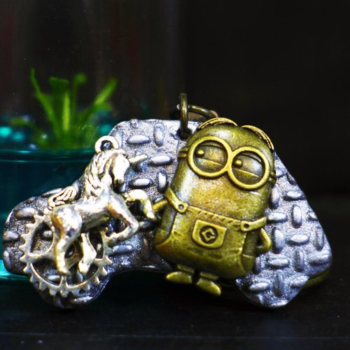 [Yuan] steam punk style Saturn Minions classic checkered iron playful silver key ring | Personalized Party Series: Minions car | [Saturn Ring] This is Party: Minions Drive Car | metal composite polymer clay creation. Waterproof material. Necklaces can be c