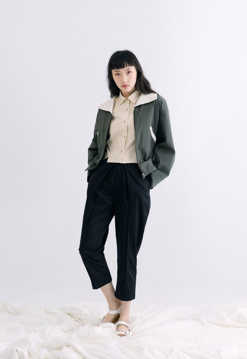 Simple and pleated classic pants