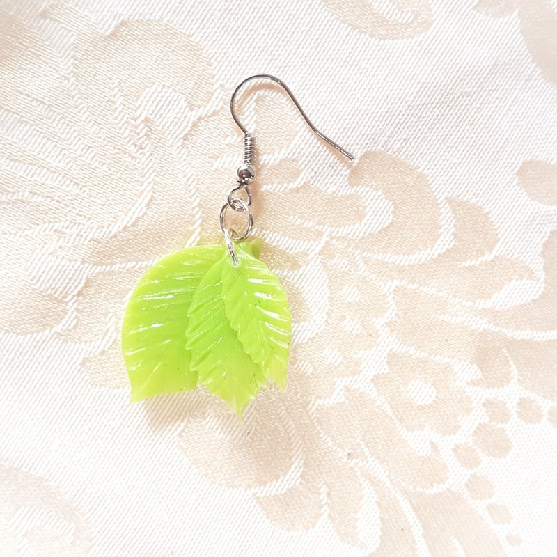 Three-dimensional leaf earrings