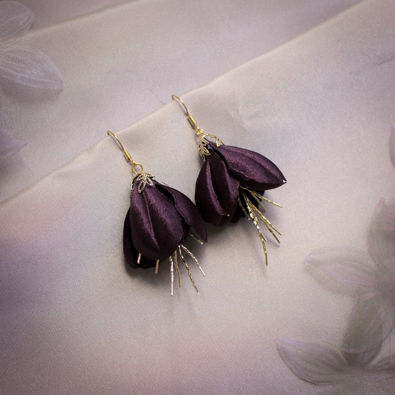 Jordan | Irregular Designed Elegant Floral Earrings with Golden Twig Decoration