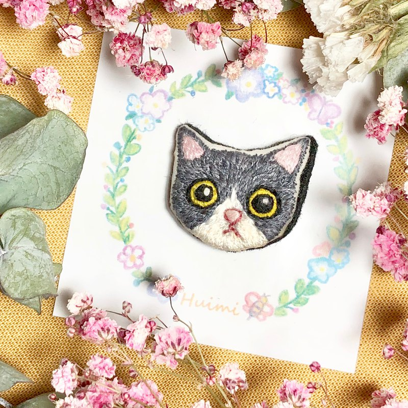 【Gray Tuxedo Cat】Hand Embroidery Brooch,  Pin, Badge