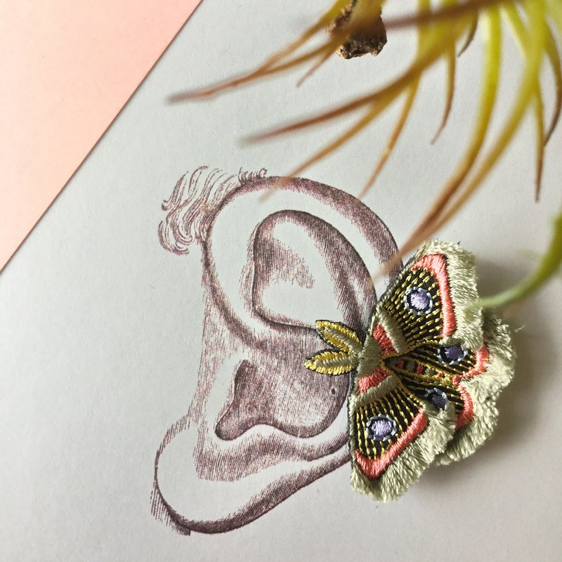 ARRO Embroidery Clip-on earing / Moth / gray