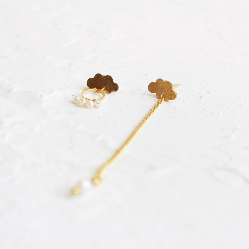 Cloud stud earrings, hammered brass earrings I Story _ Rainy Day