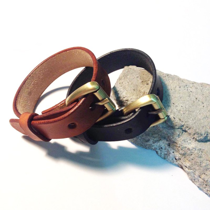 Classic leather bracelet can be adjusted for men and women