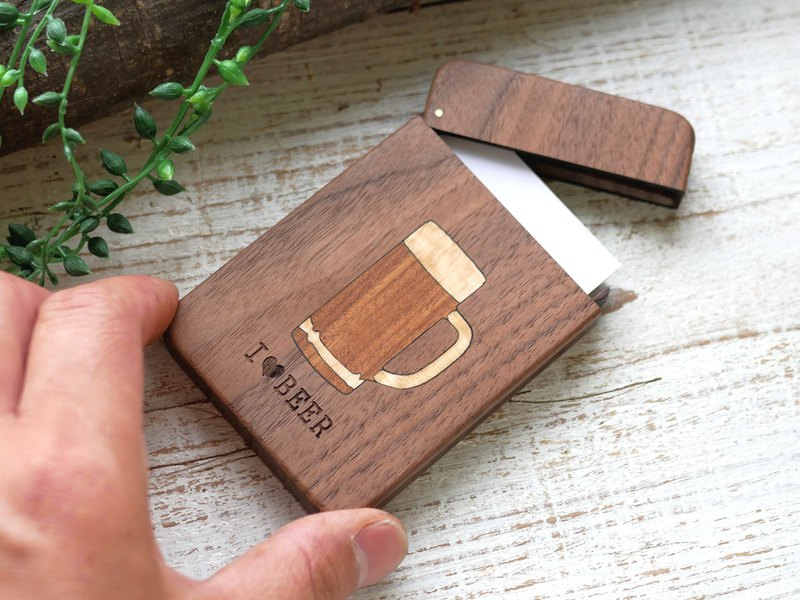 Business card holder dedicated to beer lovers