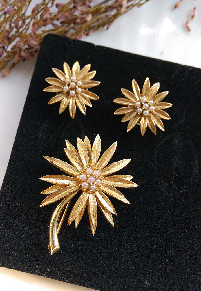 [Western antique jewelry / old age] 1970's elegant gold daisy pin + needle earrings set