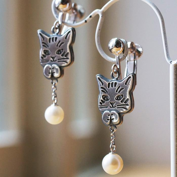 Pair of cat earrings playing with pearl