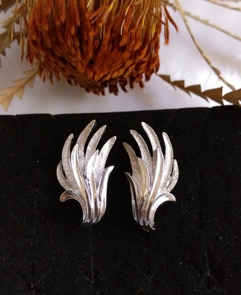 [Western antique jewelry / old age] 1970's CORO streamline silver leaf bolt earrings