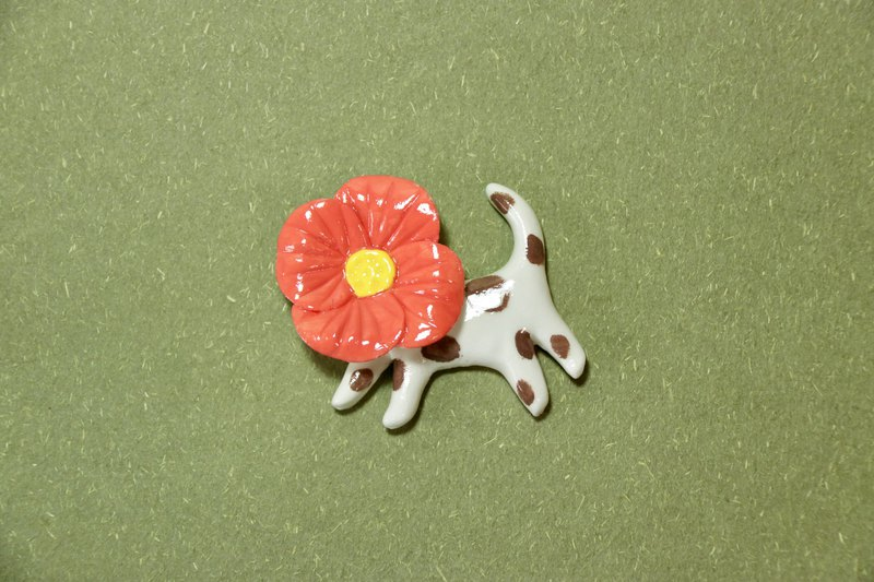 Wake up garden tea | light clay red flower spotted cat brooch