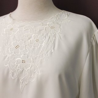 Vintage Japanese Elegant Flower Chest Embroidery Round Neck Loose White Long Sleeve Vintage Shirt