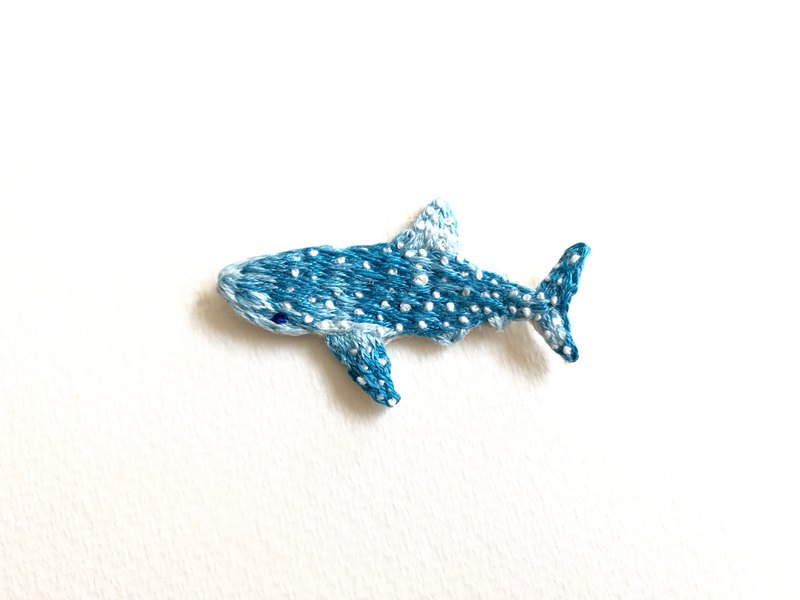 Gradient whale shark embroidery brooch pin