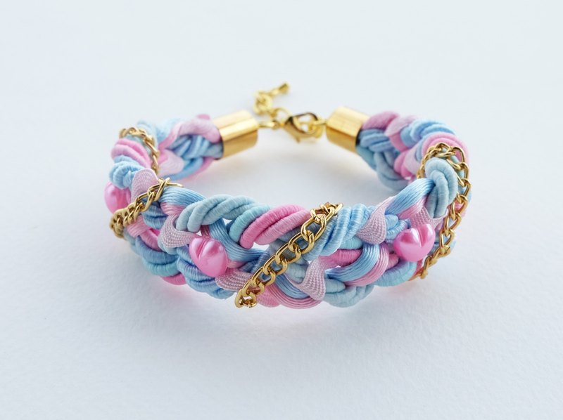 Braided bracelet in pink and blue with gold chain