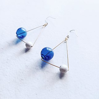 Half/half's half-triangle hit earrings-Geometry / ear clip / glass / ear pin / blue / brass