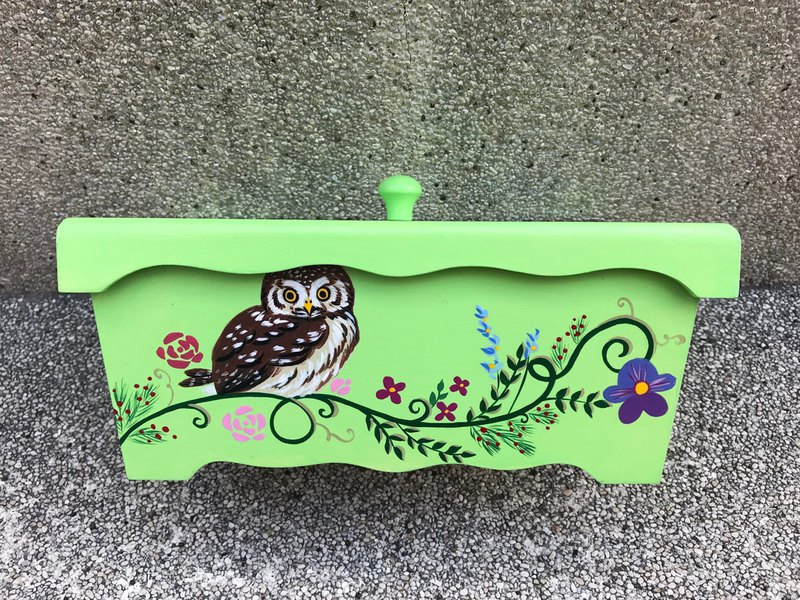 Painted storage box / candy box (green)