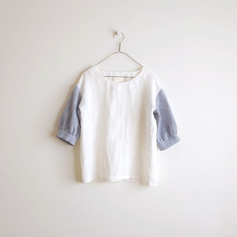 Daily hand clothes weather, clear blue sky, white six-point sleeves, blouse, washed linen