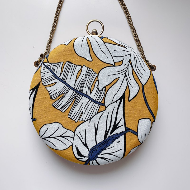 Autumn leaves small round bag - can be taken in hand / cross-back