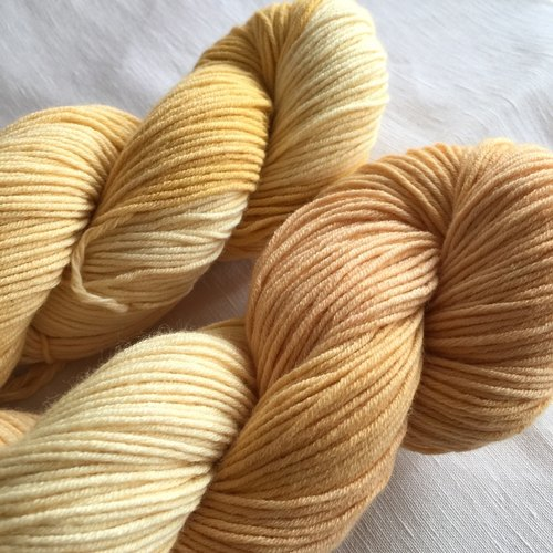 Hand-dyed merino blended yarn - dyed mud mayonnaise