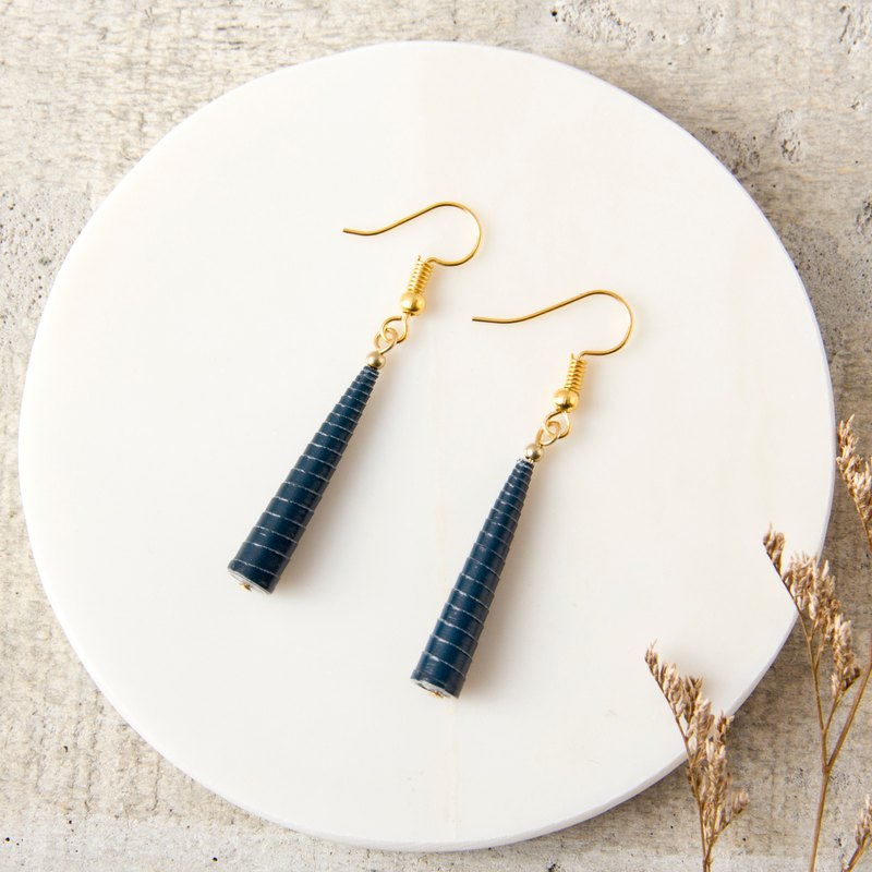 Dark blue single pearl pyramid earrings