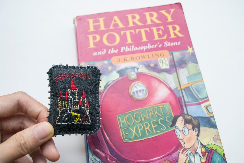 哈利波特 Harry Potter Hogwarts embroidered brooch