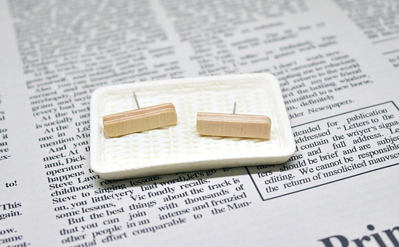 Stainless steel X wooden-needle earrings <horizontal line>