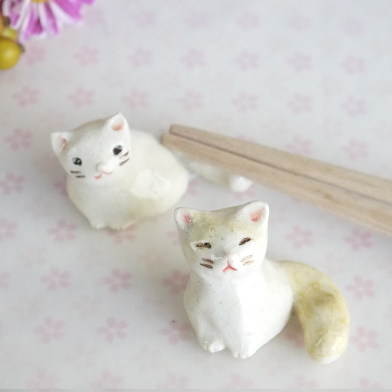 Two pieces of kittens chopstick restraint set