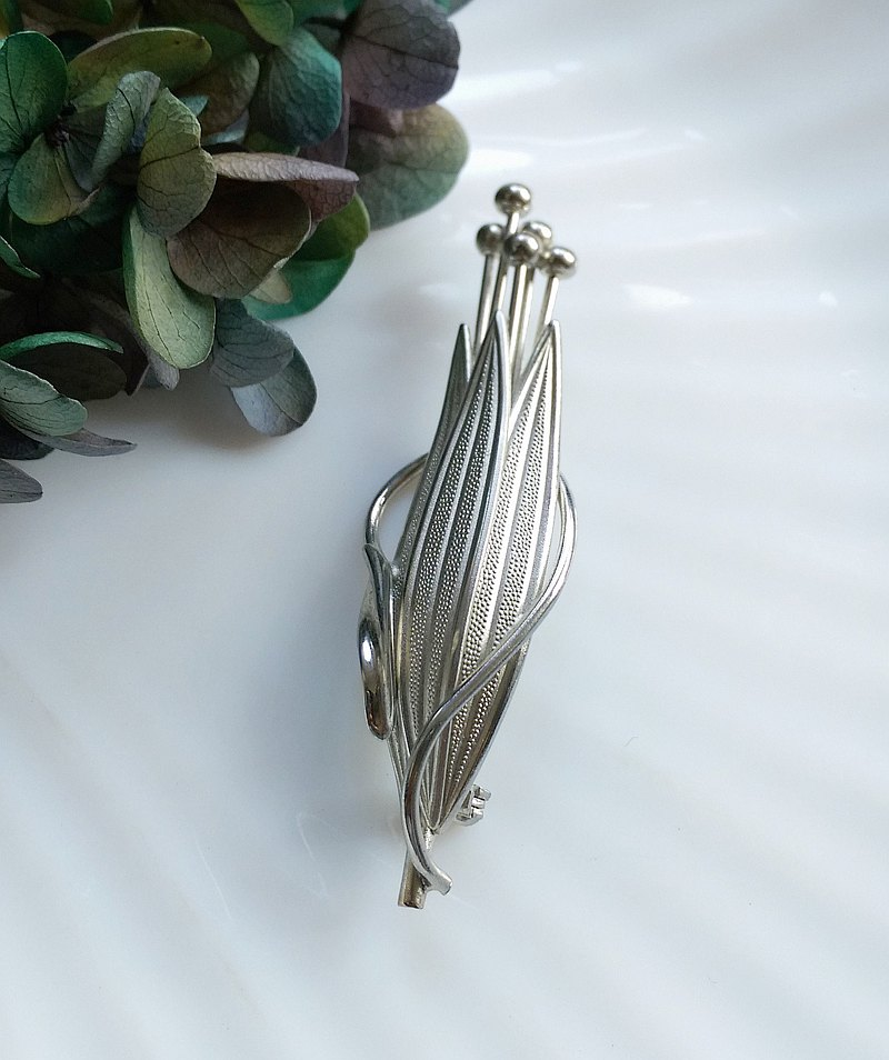 Western antique jewelry. Single bunch of mosaic leaf pin