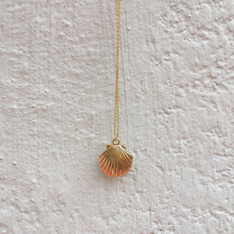 Marine, summer inspired seashell pendant necklace