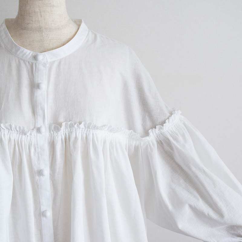 Cotton switching gather 7-minute sleeve blouse Off-white plain fabric