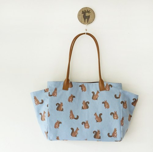 Squirrels side pockets hand-stitched leather shoulder bag Korean mention the invisible magnetic button light blue oxford cloth + Brown