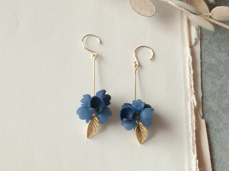 Flower ball earrings / earrings / navy