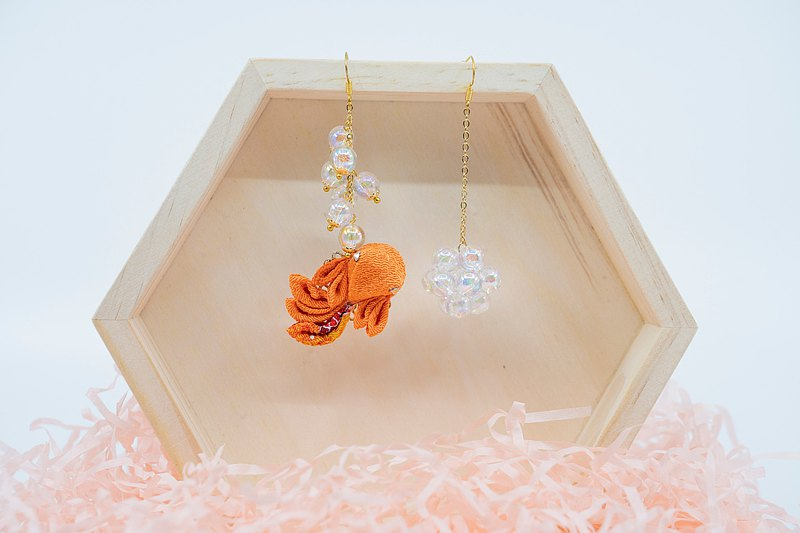 [小 夏 湖 こ か こ] つ ま み Fine craftsmanship / Dream bubble goldfish earrings A