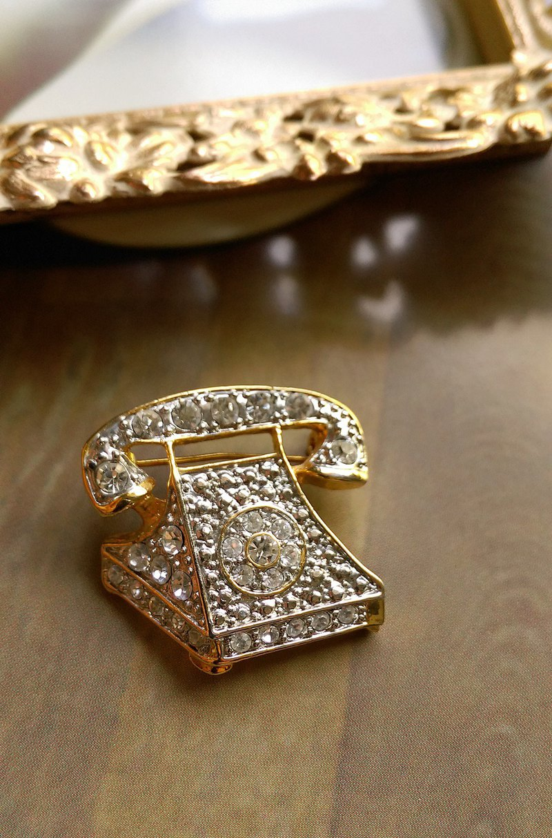 [Western antique jewelry / old age] 1980's diamond stereoscopic retro phone pin