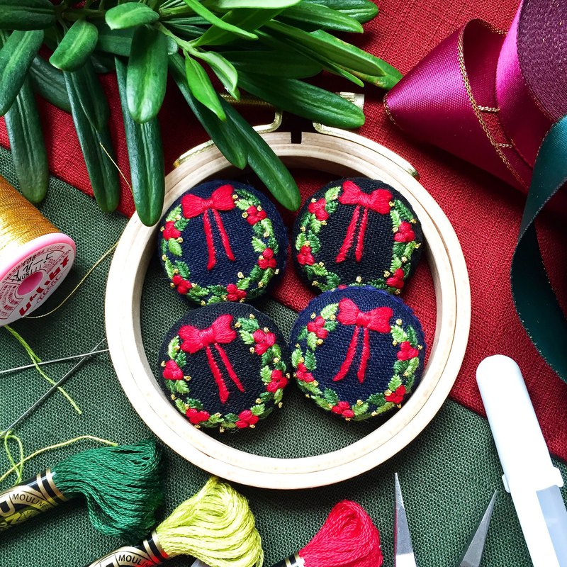 . Japanese finch embroidery. Christmas wreath handmade embroidery brooch / necklace pendant Christmas limited B