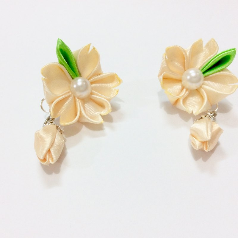 Kanzashi orange ribbon flower earrings (つまみ細工)