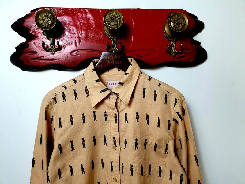 Little Turtle Gege - playful British guard color vintage shirt
