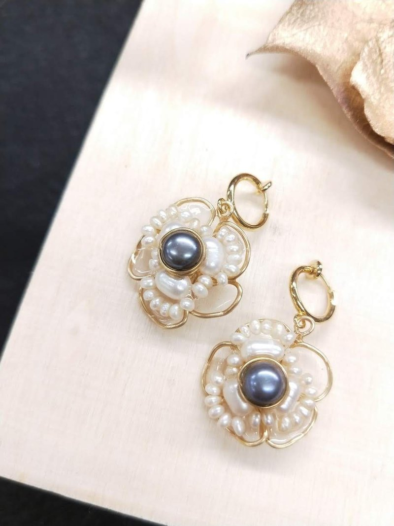 earring. Flower wedding series. Flower woven black pearl resin ear clip ear clip